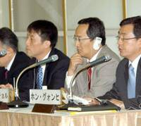 Hong Kwon Heui (right) of The Dong-a Ilbo speaks while his copanelists Kim Chang Kyoon (left) and Go Gwangchul listen during the Feb. 9 symposium at Keidanren Kaikan in Tokyo. | SATOKO KASAWAKI PHOTOS