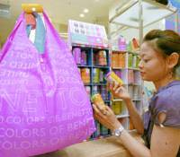 Fashionable 'eco-bags' become hit with consumers