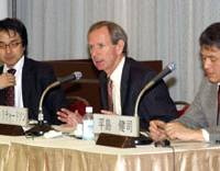 Hugh Richardson (center), ambassador of the European Commission's delegation to Japan, speaks during the Dec. 14 seminar at Keidanren Kaikan in Tokyo while his co-speakers Yasuhiko Ota (left) and Kenji Hirashima listen. | SATOKO KAWASAKI PHOTO