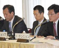 South Korean journalists (from left) Kim Du Woo, Shin Hyo Seop and Lee Jin Nyong discuss the new President Lee Myung Bank's foreign policies during the Feb. 22 at Keidanren Kaikan in Tokyo. | SATOKO KAWASAKI PHOTO
