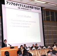 Keio University professor Fukunari Kimura (left) speaks at the March 24 symposium at Keidanren Kaikan in Tokyo. | SATOKO KAWASAKI PHOTOS