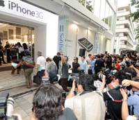 Apple iPhone rings up sales in Tokyo debut