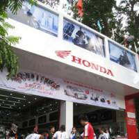 Customers crowd into a Honda Vietnam Co. dealership in the Vietnamese capital. | HIROKO NAKATA PHOTOS