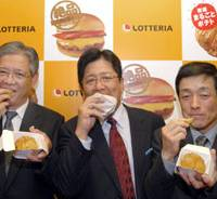 Chowing down: Shingo Shinozaki (center), president of Lotteria Co., Toshimi Takashima (left), managing director of the Hokuren Federation of Agricultural Cooperatives, and Shinji Miyoshi, head of the Youtei Agricultural Cooperatives in Hokkaido, eat new premium fast-food fare at a media event Thursday in Harajuku, Tokyo. | YOSHIAKI MIURA PHOTO