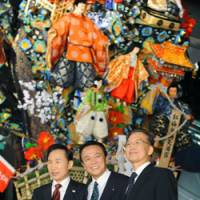 Local color: South Korean President Lee Myung Bak (left), Prime Minister Taro Aso (center) and Chinese Premier Wen Jiabao pose for a photo at Kyushu National Museum in Dazaifu, Fukuoka Prefecture, after their Saturday summit. | KYODO PHOTO