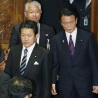 Mutual support: Finance Minister Shoichi Nakagawa and Prime Minister Taro Aso arrive for a Diet budget committee meeting on Tuesday. | KYODO PHOTO