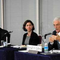 Bruce Klingner (left) of the Heritage Foundation discusses Japan-U.S. relations while Meredith Broadbent from the Center for Strategic and International Studies listens during the symposium. | SATOKO KAWASAKI PHOTOS