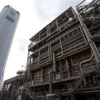 Thermal juice: Tokyo Electric Power Co.'s Shinagawa thermal power station in Tokyo includes a heat recovery steam generator and chimney tower. | BLOOMBERG