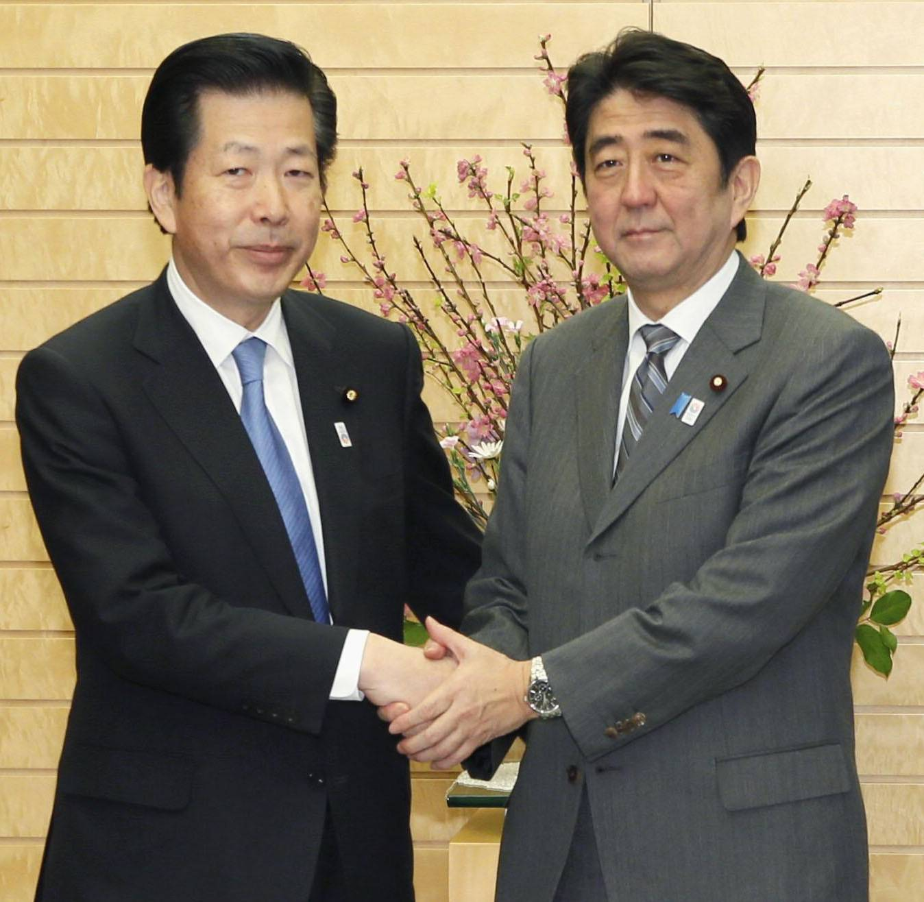 Plotting moves: Prime Minister Shinzo Abe greets New Komeito chief Natsuo Yamaguchi before their talks Monday in Tokyo. | KYODO