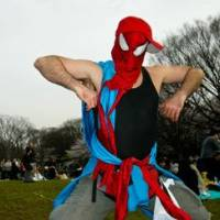Spidey lets loose in Yoyogi Park. | MALLOCUP PHOTO