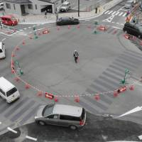 Full circle: Vehicles negotiate a new roundabout in Iida, Nagano Prefecture, recently. The connecting streets do not have traffic lights. | CHUNICHI SHIMBUN