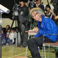Just watch me: Maestro Seiji Ozawa gives a chorus lecture Wednesday at Minami-Ikuta Elementary School in Kawasaki. | KYODO