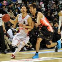 Hard to catch: The bj-league's quirky schedule makes it difficult for fans in the Western Conference to see Toyama star Masashi Joho (left), who plays in the Eastern Conference. | YOSHIAKI MIURA