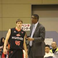 Ideal mentor: Osaka Evessa head coach Bill Cartwright talks to All-Star forward Nathan Walkup on Jan. 27 during the game against the visiting Miyazaki Shining Suns.  | HIROKO IWASA