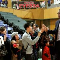 Meet-and-greet time: Osaka Evessa head coach Bill Cartwright visits fans after Sunday's game against the visiting Hamamatsu Higashimikawa Phoenix. | HIROAKI HAYASHI