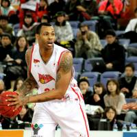 Quality matchup: Hamamatsu Higashimikawa Phoenix standout Jeffrey Parmer, seen in action last weekend against the Osaka Evessa, and his team dropped an 87-84 game to the Ryukyu Golden Kings on Saturday night in the bj-league. | HIROAKI HAYASHI