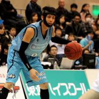 Running the offense: Floor leader Kyosuke Setoyama of the Kyoto Hannaryz dribbles the ball against the Osaka Evessa in Saturday's game. Kyoto beat Osaka 67-63. | HIROAKI HAYASHI