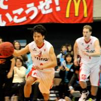 Providing a spark: Evessa guard Shun Watanuki, moving the ball upcourt against the host Kyoto Hannaryz, scores nine points in Osaka's 69-53 victory on Sunday in the bj-league. | HIROAKI HAYASHI
