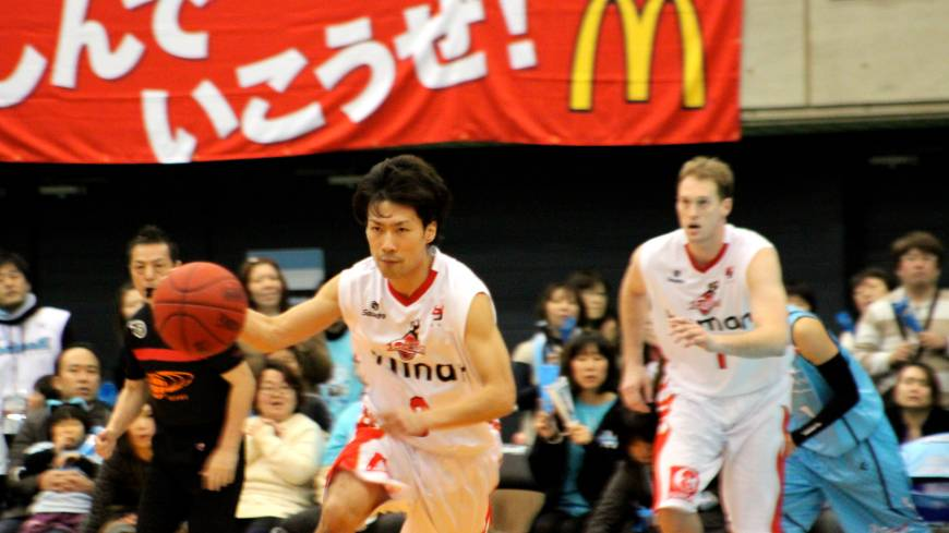 Providing a spark: Evessa guard Shun Watanuki, moving the ball upcourt against the host Kyoto Hannaryz, scores nine points in Osaka's 69-53 victory on Sunday in the bj-league.