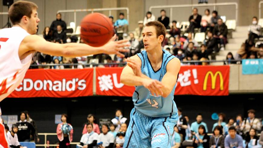 Here it comes: Hannaryz forward David Palmer zips the ball past Evessa forward Nathan Walkup during Sunday's series finale in Muko, Kyoto Prefecture.