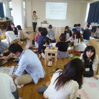Group activity: Yukari Horie, founder of work-life balance consultancy Arrow Arrow, hosts a career-design workshop in Tokyo in May 2012. | ARROW ARROW