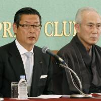 Starting anew: Shochiku President Junichi Sakomoto (left) and kabuki actor Nakamura Kichiemon II attend a news conference in Tokyo about the new Kabuki-za theater. | KYODO