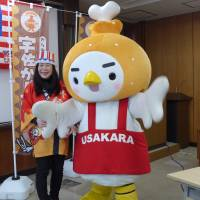 Deep-fried chicken kara-age promoted by city official Yuko Yoshitake. | TOMOKO OTAKE