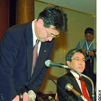 Matsuya Denki Co. President Masao Hirai (left) bows at an Osaka hotel Friday.