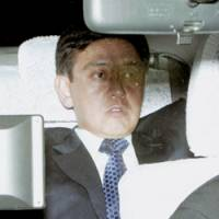 Yoshiaki Murakami leaves a prosecution facility in Tokyo's Kasumigaseki district Thursday afternoon, freed on 700 million yen bail. | KYODO PHOTO