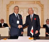 Strengthening ties: Tadashi Okamura and Sorin Dimitriu, top officials from the Tokyo and Bucharest chambers of commerce, celebrate inking a cooperation agreement Wednesday in Tokyo. | YOSHIAKI MIURA PHOTO
