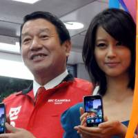 A star is born?: NTT DoCoMo Inc. President Ryuji Yamada and actress Maki Horikita pitch the company's new Galaxy S smart phone, made by South Korea's Samsung Electronics Co., on Thursday at the Bic Camera electronics store in the Yurakucho district of Tokyo. | KAZUAKI NAGATA PHOTO