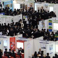 New directions: University students take part in the Mynavi job expo, a job fair hosted by Mainichi Communications Inc., in Tokyo on Jan. 8, 2011. | BLOOMBERG