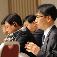 Lee Ji Pyeong from LG Economic Research Institute discusses South Korea's growth potential as researchers from other South Korean think tanks listen during a symposium held Feb. 22 in Tokyo. | SATOKO KAWASAKI