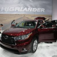 Sophisticated look: Members of the press view Toyota Motor Corp.'s 2014 Highlander SUV during the 2013 New York International Auto Show in New York on Wednesday. | BLOOMBERG