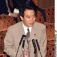 Lower House member Seiji Maehara of the Democratic Party of Japan fields questions during Diet debate on war-contingency bills.