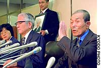 Plaintiff Matao Yamamoto (right) addresses a news conference after the Tokyo District Court rejected a lawsuit seeking compensation for smoking-related illnesses.