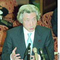 Prime Minister Junichiro Koizumi speaks to the Diet on Friday as embattled Lower House member Hisayasu Nagata, who has been temporarily suspended from the Democratic Party of Japan, attends a Lower House plenary session.