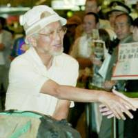 Takao Arayama arrives at Narita airport Sunday after scaling Mount Everest on May 17.