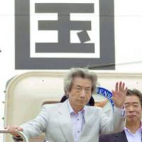Prime Minister Junichiro Koizumi waves goodbye Tuesday at Haneda airport in Tokyo before setting off on a five-day visit to the Middle East and Russia. | KYODO PHOTO