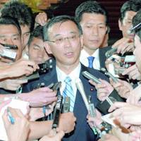 Reporters flank Finance Minister Sadakazu Tanigaki after his Thursday meeting with Prime Minister Junichiro Koizumi at the Prime Minister's Official Residence. | KYODO PHOTO