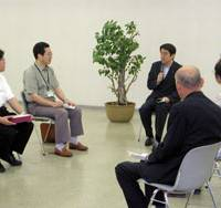Chief Cabinet Secretary Shinzo Abe talks with six entrepreneurs Sunday at a business support center in the city of Saitama. | HIROKO NAKATA PHOTO