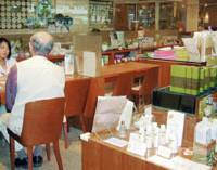 A customer consults with an employee at Herbal Medicine Boutique, run by Nihondo Co., in Tokyo's Aoyama district. | KYODO PHOTO