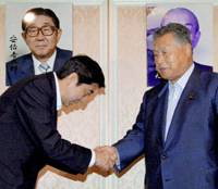 Bowing in front of a photo of the late Foreign Minister Shintaro Abe, his son, Shinzo, the chief Cabinet secretary, asks Wednesday for the support of former Prime Minister Yoshiro Mori in Tokyo before announcing he will run for the Liberal Democratic Party presidency. | KYODO PHOTO