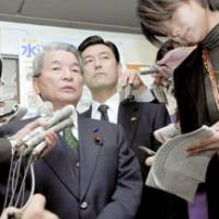 Health Minister Hakuo Yanagisawa faces reporters Monday at his ministry over a controversial remark he made in a speech Saturday. | KYODO PHOTO