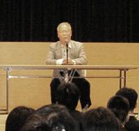 Former Hansen's disease patient Osamu Sagawa, 76, recounts his experiences to a group of nursing students at the National Hansen's Disease Museum on May 15 in Higashimurayama, western Tokyo. | KYODO PHOTO