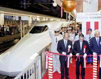 A Type N700 bullet train pulls out of Shinagawa Station in Tokyo early Sunday as the presidents of Central Japan Railway Co. (JR Tokai) and West Japan Railway Co. celebrate the new train's debut. | KYODO PHOTO