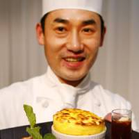 French chef Masataka Suzuki of Tokyo's Palace Hotel shows his 'Sun Souffle' during a cooking contest promoting California-grown Calrose rice in Tokyo on Friday. | AP PHOTO