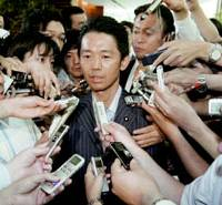 Agriculture Minister Norihiko Akagi is surrounded by reporters Wednesday after he tendered his resignation to Shinzo Abe at the Prime Minister's Official Residence. | KYODO PHOTO
