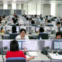 Operators field inquires about legal problems at the call center of the Japan Legal Support Center in Nakano Ward, Tokyo. | SETSUKO KAMIYA PHOTO