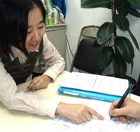 A Japan Association for Refugees staffer offers advice at the group's office in Shinjuku Ward, Tokyo, late last year. | PHOTO COURTESY OF JAPAN ASSOCIATION FOR REFUGEES